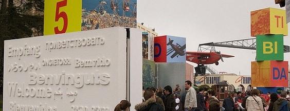 """Стена с приветствием на разных языках в парке """"Тибидабо"""", Барселона."""
