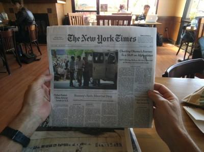 Google Project Glass фотографируем читая газету
