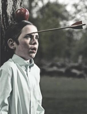 Мальчик получает стрелой в тыкву вместо яблока