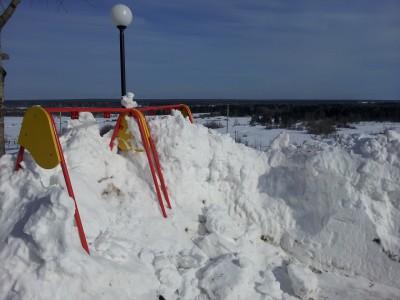 Снежные качели - поработай лопаткой и покачайся в награду