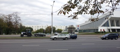 Трактор-эвакуатор на проспекте Победителей в Минске