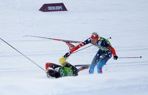 Никита Крюков устоял после падения немецкого лыжника