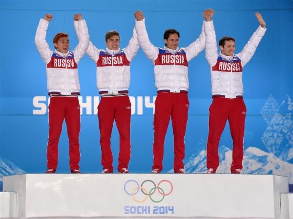 Российская команда по шорт-треку на первом месте в эстафете. Слева - наш тририжды обладатель золотой медали, легионер и Кореи, Виктор Ан.